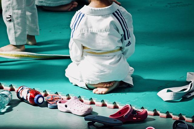 Judokate assise en tailleur